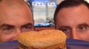 Ένα cheeseburger… μετά από 20 χρόνια